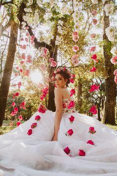 flores jogadas no plano de fundo da entada da festa, ao lado do brasã KM  flores rose e azul tiffany