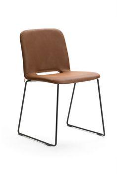 Chaise empilable PAMP à piétement métallique par Mobitec.
