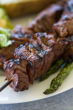 If you want an easy and simple homemade meat marinade for summer, this it it! Made with soy sauce, garlic, oil, lemon juice and Coca-Cola, this will make you love steak even more then you already do! #laurenslatest #steak #steakmarinade