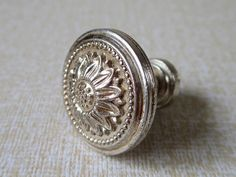 Items similar to Small Knobs / Dresser Knobs / Drawer Pulls Knobs Handles Flower Antique Silver / Kitchen Cabinet Door Pull Handle / Furniture Knob Hardware on Etsy Dresser Drawer Knobs, Drawer Pulls And Knobs, Door Pull Handles, Knobs And Handles, Knobs For Dressers, Vintage Drawer Pulls, Shabby Chic Kitchen, Shabby Chic Homes, Shabby Chic Decor