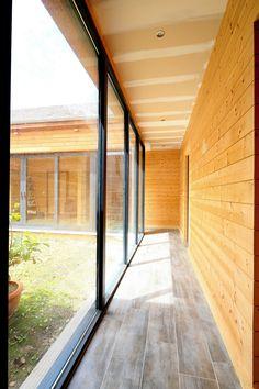 Maison en bois, fenêtres en aluminium. Couleur : gris noir. Réalisation de Belisol Versailles.