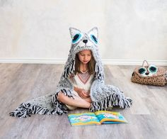 I'm so excited to share the hooded Cat Blanket with you!  I've been working away on this design behind the scenes for a Craftsy exclusive!  Craftsy Sprightly is a beautiful affordable super bulky yarn.  It's the perfect yarn to create a quick, bulky and super snuggly blanket 😉 I've teamed up with Craftsy to offer you the Cat...