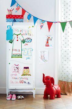 Une armoire vêtue de dessins d'enfants