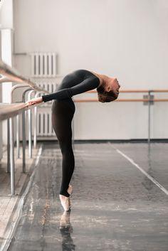 34 Ideas For Contemporary Dancing Moves Ballet Dance Photography Poses, Dance Poses, Ballerina Photography, Artistic Photography, Ballet Pictures, Dance Pictures, Ballerina Kunst, Ballet Clothes, Dance Academy