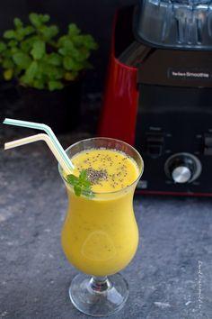 Smoothie de mango cu seminţe de chia, o băutură delicioasă, plină de arome și vitamine. Cum se alege un mango bine copt, ce lactate folosim la smoothie si cu ce arome putem înobila băutura. Chia, Morning Food, Aesthetic Food, Hurricane Glass, Vegan Recipes, Vegan Food, Manga, Deserts, Food And Drink