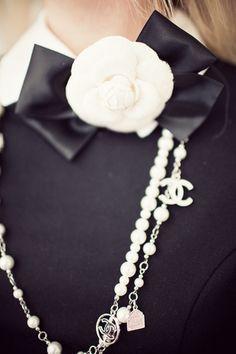 Comtesse de Ségur Petite fille modèle en robe noir & blanc avec sautoir Chanel | Classy Chicissime