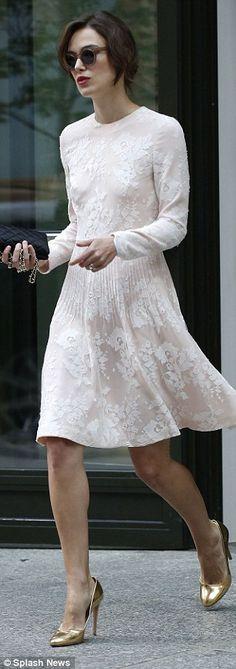Vestido encaje de lineas sencillas y manga larga
