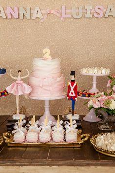 A Anna Luisa comemorou seus 2 aninhos com uma festa linda! Inspirada noconto de fadas escrito por Hans Christian Andersen, a Lollis criou uma decoração co