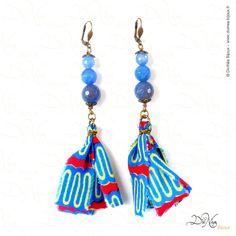 Boucles d'oreille - Collection WAX me    Matières : Agates bleues,pompon Tissus Wax fait main, laiton vieilli    DiviNéa Bijoux sur http://www.divinea-bijoux.fr & http://www.facebook.com/divinea.bijoux.fr