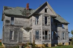 The Historic 1870 Father & Son House in Freeport, Illinois Old Abandoned Buildings, Abandoned Property, Abandoned Castles, Old Buildings, Abandoned Places, Old Mansions, Abandoned Mansions, Classical Architecture, Architecture Details