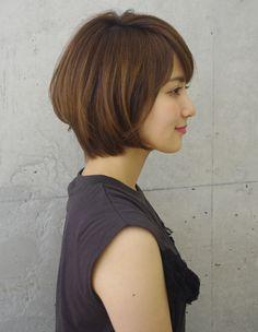 まとまりある上品大人シルエットボブ(ko-50) | ヘアカタログ・髪型・ヘアスタイル|AFLOAT(アフロート)表参道・銀座・名古屋の美容室・美容院 Short Hair Syles, Short Hair With Bangs, Girl Short Hair, Haircuts For Medium Length Hair, Short Bob Hairstyles, Medium Hair Styles, Hairstyles Videos, Pretty Hair Color, Hair Color And Cut