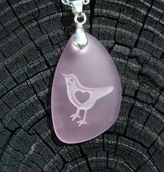 un cuore, un uccellino e un vetro di mare