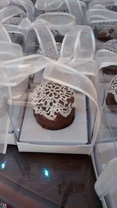 Pão de mel rendado                                                                                                                                                     Mais Chocolate, Waffles, Cupcake, Sweets, Design, Bread Shop, Candy Table, Finger Foods, Pallets