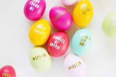 These no-dye Easter eggs make the cutest spring crafts! Typography Easter eggs step up your Easter decor and make a great egg hunt idea! crafts for seniors DIY Typography Easter Eggs - A Fun, No-Dye Easter Idea Funny Easter Eggs, Easter Egg Dye, Easter Hunt, Easter Crafts For Adults, Easy Easter Crafts, Easter Ideas, Kids Crafts, Craft Projects, Diy Osterschmuck