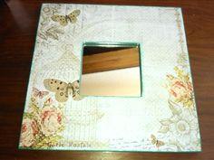 Espejo de malma decorado sencillamente con papel de scrapbook.