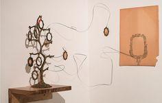 Oculto en el reflejo, 2015| Artista Ricardo Coello Gilbert | Lápiz sobre papel, hilo y metal Dimensiones variables