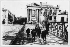 Visor Archivo General Región de Murcia. FOT_POS,07/071 / Reproducción de una fotografía de un lechero con sus cabras pasando por el Puente V...