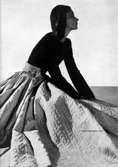 Harper's Bazaar Nov 1941 - model Lisa Fonssagrives Photo by George Hoyningen Huene Judy Garland, Fashion Images, Fashion Models, 1940s Fashion, Vintage Fashion, Vintage Style, Beauty Photography, Fashion Photography, White Photography