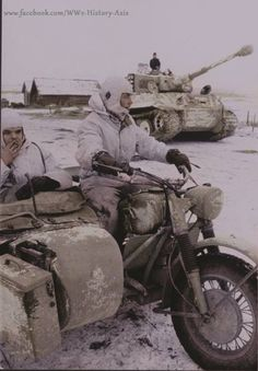"Biélorussie, Vitebsk, Un side-car allemand en BMW et au second plan un Panzerkampfwagen VI ""Tiger"" du Schwere Panzer-Abteilung mars Tiger Ii, Ww2 Pictures, Ww2 Photos, Album Photos, German Soldiers Ww2, German Army, Motos Retro, Side Car, Germany Ww2"