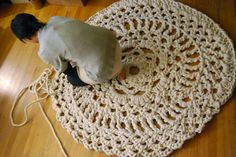 Free Crochet Pattern on the famous Giant Doily Rug. This Giant Doily Rug spice up the floor and the home decor instantly. Carpet Crochet, Crochet Doily Rug, Crochet Motifs, Crochet Home, Knit Crochet, Crochet Patterns, Hand Crochet, Crochet Books, Doily Patterns