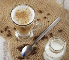 Kawa z mlekiem kokosowym i prażonymi wiórkami kokosowymi