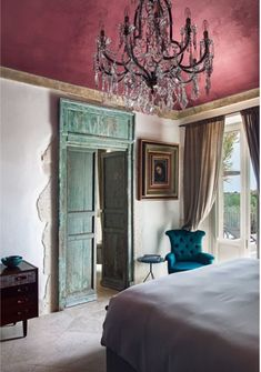 ✨✨💕💚✨Dreamy Century Palazzo bedroom with the most fabulous painted ceiling, with carefully curated Mid Century and Century furniture, makes for a perfectly balanced room ✨💕💚✨ Interior Architecture, Interior And Exterior, Interior Door, Bohemian Decoration, Pink Ceiling, Casa Milano, Italian Home, Interior Decorating, Interior Design