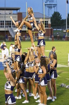Cheer Pyramids, Cheerleading Pyramids, Cheerleading Photos, Easy Cheer Stunts, Cheer Jumps, Cheer Dance Routines, Cheer Moves, Cheer Team Pictures, Cheer Pics
