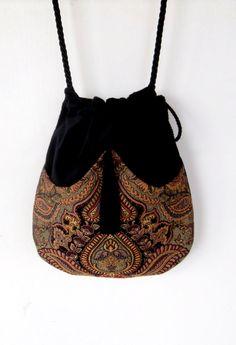 Perfekte Tasche für die freien temperamentvoll Dame. Es hat die Tasche vorne mit einer Multi-Farbe-Jacquard gemacht. Ein schwarzer tassel an den Bogen zieht es alles zusammen. Die Tasche selber ist aus schwarzem Samt und mit schwarzem satin Stoff ausgekleidet. Es ist eine remis-Zeichenfolge-Tasche mit Außentasche für das sofortige wesentliche zur Verfügung. Die Schlaufe der Schnur ist 50 ca. Die Tasche misst 11 lang und breit 11...