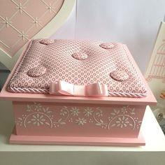 Apaixonada por essa caixinha #caixaportajoias #brancaerosa #delicada #caixaalmofadada #caixacomlaço #fazendoarte #artesanatobrasil #amoartes #feitocomamor #euamoartesanato #feitoamao