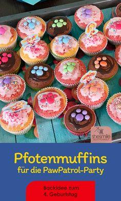 Ein Blech Regenbogen-Muffins mit Smarties-Pfoten für die Kindergartenkinder. Schokokuchen mit großen Oreo-Pfoten für die ultimative Paw Patrol Party zum 4. Geburtstag meiner Tochter. Paw Patrol, Muffins, Motto, Bunt, Party, Breakfast, Desserts, Food, Rain Bow