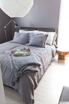 asuntomessut,harmaa,vuodevaatteet,sänky,jalkavalaisin,yöpöytä,torkkupeitto,lähisävyt,värit,värien käyttö,värimaailma,makuuhuone