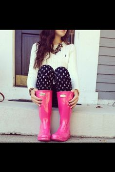 Hot pink Hunter rain boots, navy sailboat pants  Ralph Lauren cream sweater with flower necklace. CUTE!