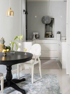 Matta, valkoinen keittiö on Kvikin mallistosta samoin kuin mustat seinävalaisimet. Hienostunut liesituuletin on Elica Collection Star, joka toimii kristallikruununa ja liesikupuna.
