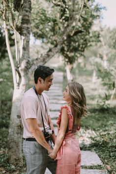 Kryz Uy and Slater Young Look So In-Love in Their Chill Engagement Shoot! Prenup Ideas Nature, Prenup Photos Ideas, Prenup Ideas Outfits, Couple Photoshoot Poses, Couple Photography Poses, Pre Wedding Photoshoot, Photoshoot Ideas, Prenup Theme, Prenup Outfit
