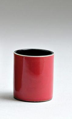 Georges Jouve pot à crayons cylindrique en faïence, émail rouge à l'extérieur, et noir à l'intérieur. signature manuscrite incisée