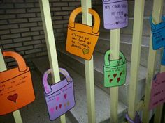Et si l'on faisat des cadenas d'amour pour la langue françsaise? Nice idea for an end-of-year project for French Club!even though they cut all the locks off. it could be wishes for the next year French Days, High School French, Core French, French Stuff, French Teaching Resources, Teaching French, Teaching Ideas, Teaching Materials, How To Speak French