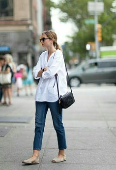 Every women needs a trusty pair of jeans in her closet! Whether it's a pair of skinny jeans, boyfriends or a cropped style, there's always a pair that will suit your body type and style. Looks Street Style, Looks Style, Casual Looks, Style Me, Look Fashion, Daily Fashion, Street Fashion, Denim Fashion, Camisa Oversized