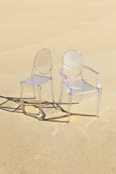 Kartell louis ghost (http://www.cimmermann.co.uk/product/kartell_louis_ghost_transparent_dining_chair/)