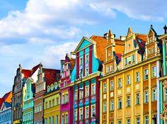 WROCLAW – POLONIA Una de las ciudades más características y coloreadas de Europa, con hileras de casas de colores con el techo inclinado que animan el centro de la ciudad. Wroclaw es una ciudad joven, la Polonia más alegre y creativa. El espíritu de los estudiantes se refleja en los toques vibrantes de color que iluminan el centro histórico en una hilera de tonos brillantes y pastel.
