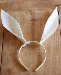 Make some simple No-sew Felt Bunny Ears with this step-by-step tutorial. It will only take a minute, and the final touch might surprise you! Bunny Costume Kids, Bunny Halloween Costume, Baby Halloween, Halloween Outfits, Halloween Ideas, Felt Bunny, Cute Bunny, Easter Bunny, Bunny Crafts