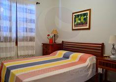 No pavimento superior, quatro suítes mobiliadas com camas de solteiro e casal acomodam os hóspedes e suas famílias com máxima privacidade e conforto.