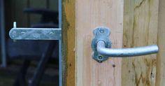 Stalddørsgreb inderside dør til skur Diy Garage, Diy Door, Facade, Rv, Door Handles, Doors, Architecture, Home Decor, Projects To Try
