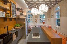 Paula Neder e Luiza Pedral decoraram o espaço batizado de mercearia da casa, espécie de cozinha, para a Casa Cor 2016, na Gávea (Foto: Divulgação)
