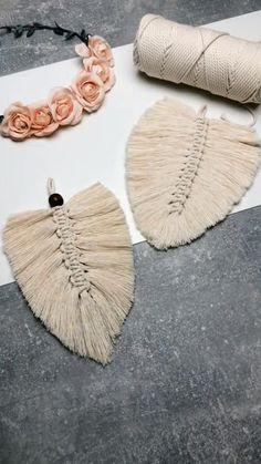 Diy Yarn Decor, Diy Crafts For Home Decor, Diy Crafts Hacks, Diy Projects, Macrame Wall Hanging Diy, Macrame Art, Macrame Design, Rope Crafts, Feather Crafts