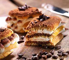 Tiramisu met lange vingers en mascarpone Bagel, Tiramisu, Catering, Foodies, Sweets, Bread, Mascarpone, Sweet Pastries, Catering Business