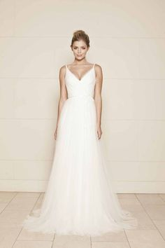 Simple A-line open back bridal gown made of soft tulle with v-neck sleeveless bodice, matching with flowing tulle skirt make it into romantic atmosphere.