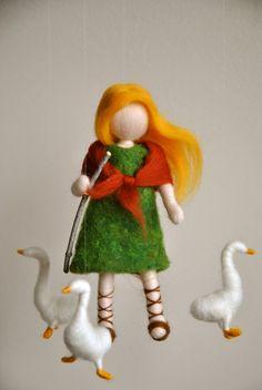 Waldorf inspirado aguja fieltro muñeca móvil: la muchacha del ganso