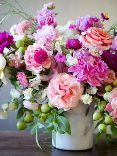 Rose arrangement Ikebana - 21 Fresh Cut Spring Flower Arrangements and Bouquets. Spring Flower Arrangements, Beautiful Flower Arrangements, Most Beautiful Flowers, My Flower, Pretty Flowers, Fresh Flowers, Spring Flowers, Floral Arrangements, Beautiful Images