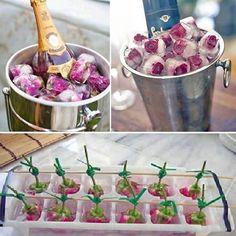Cubos de gelo com mini rosas para baldes de champanhe - ah, eu vou fazer!  P.S.: Para os gelos ficarem bonitos, é importante fazer esse suporte com um palito grande e araminhos forçando as rosas a ficarem no fundo da forma, senão elas boiarão e o gelo ficará feio. ❄️❄️❄️ #ideiasparafestas #partyideas