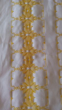 Iniciando a toalha de mesa Swedish Embroidery, Swedish Weaving, Rococo, Cross Stitch Embroidery, Diy And Crafts, Swedish Weaving Patterns, Pattern Sewing, Needlepoint Stitches, Crochet Lace Edging
